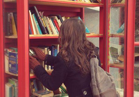 lesefreude beim Bücherschrank