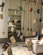 Bücher hängen von der Decke