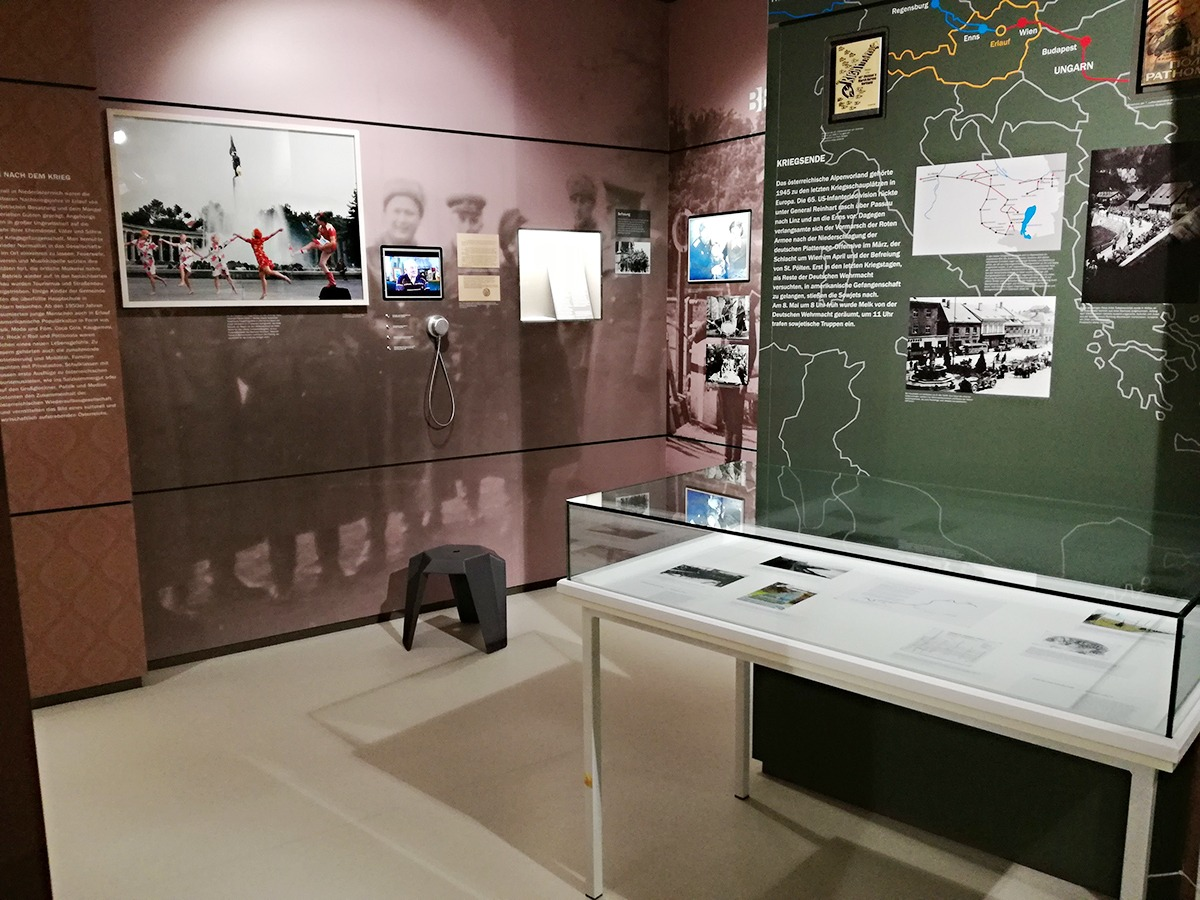 Schaukästen der Zwischenräume im Museum Erlauf erinnert