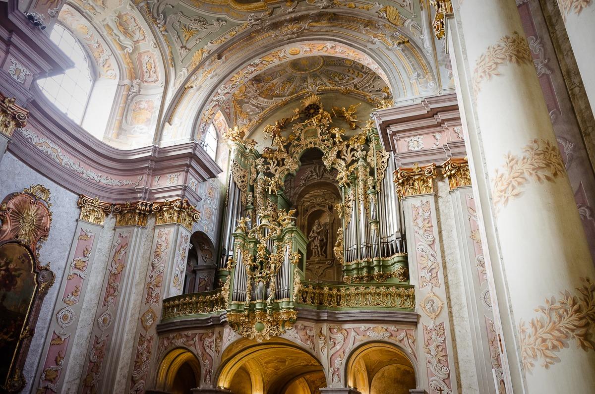 Die Statue hinter der Orgel ist faszinierende Scheinmalerei
