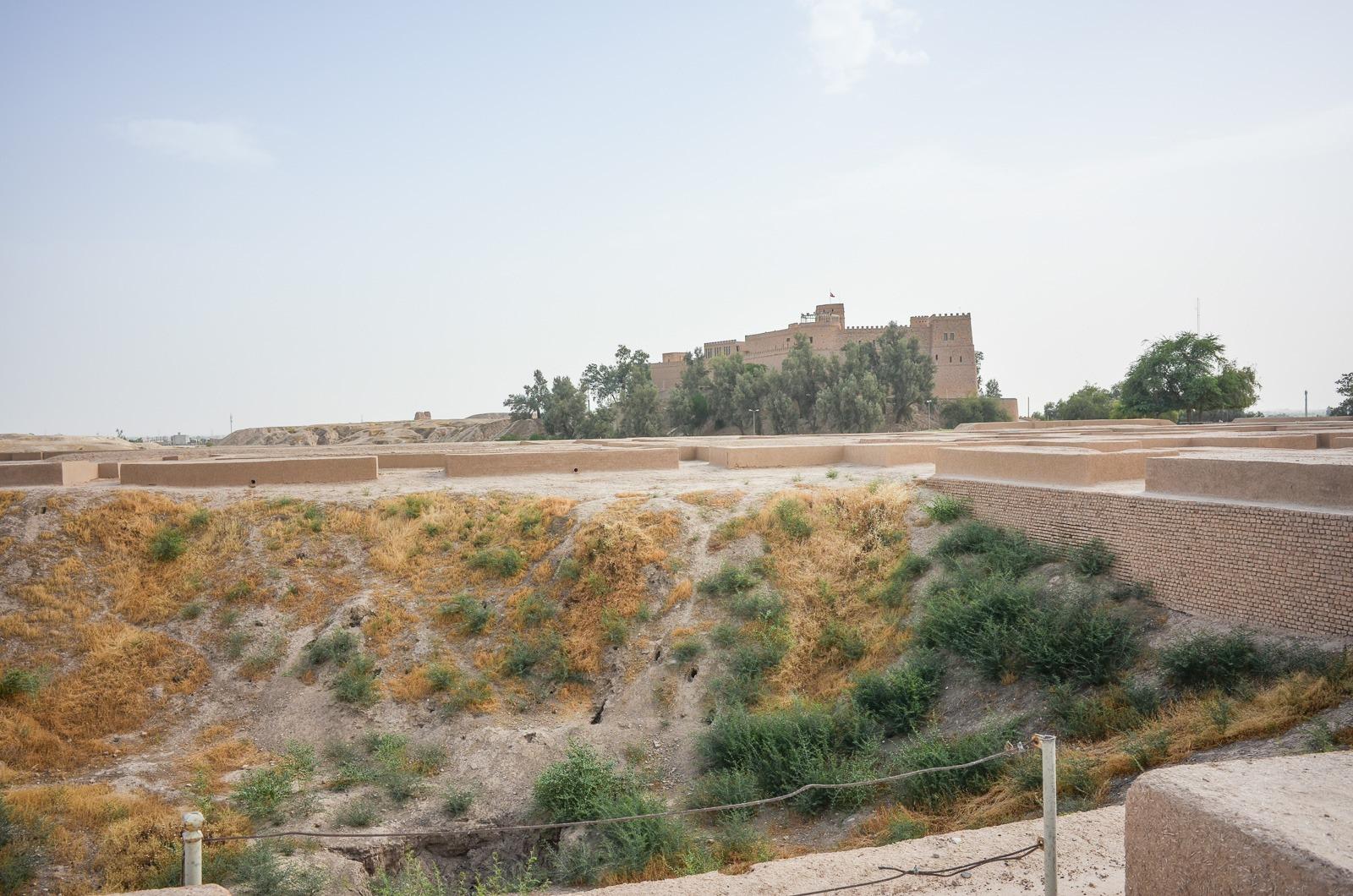 Französische Ausgrabungsloch mit französischer Festung dahinter