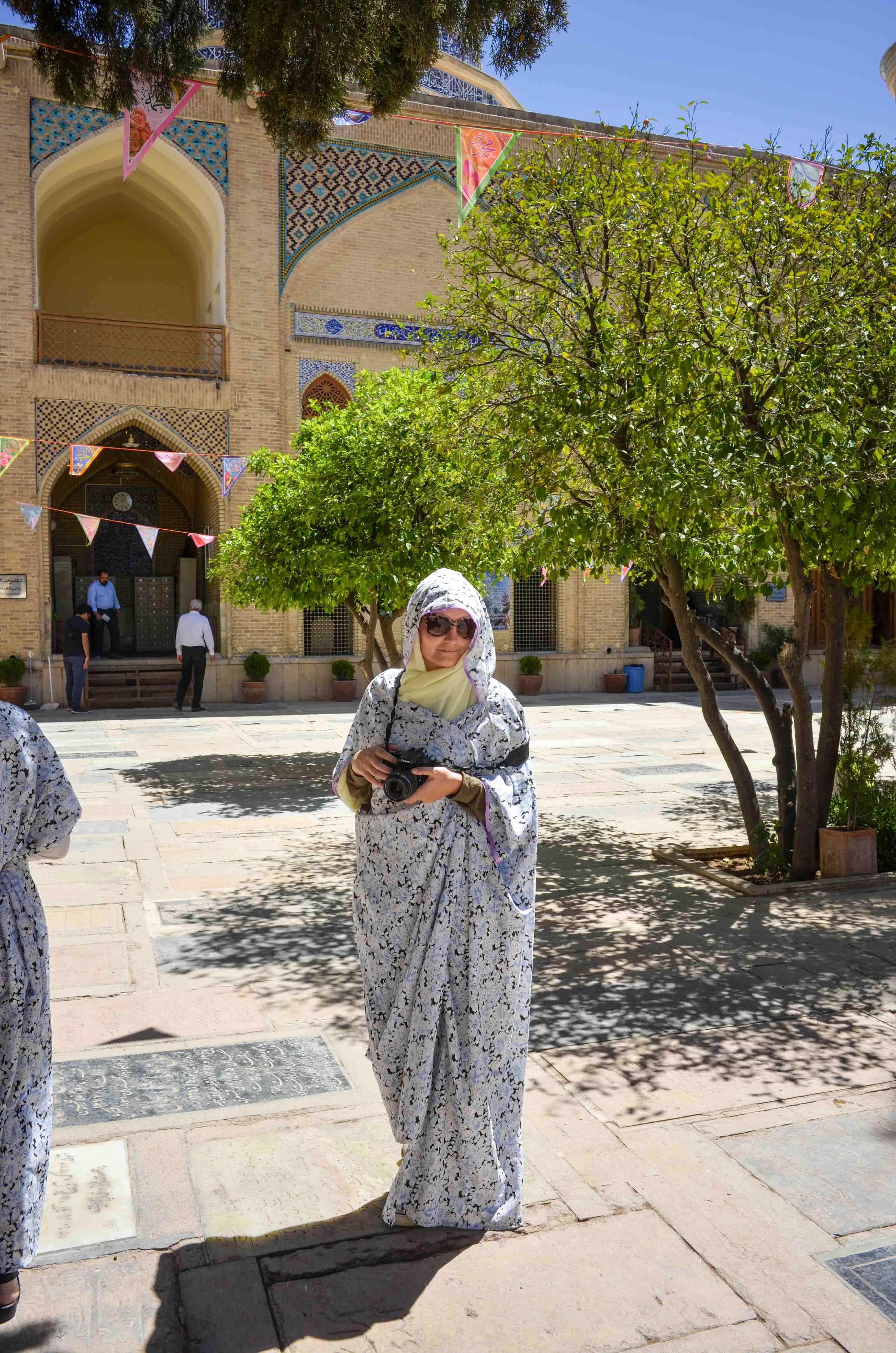 Mit Tschador in der Ali ebn-e Hamzeh Moschee