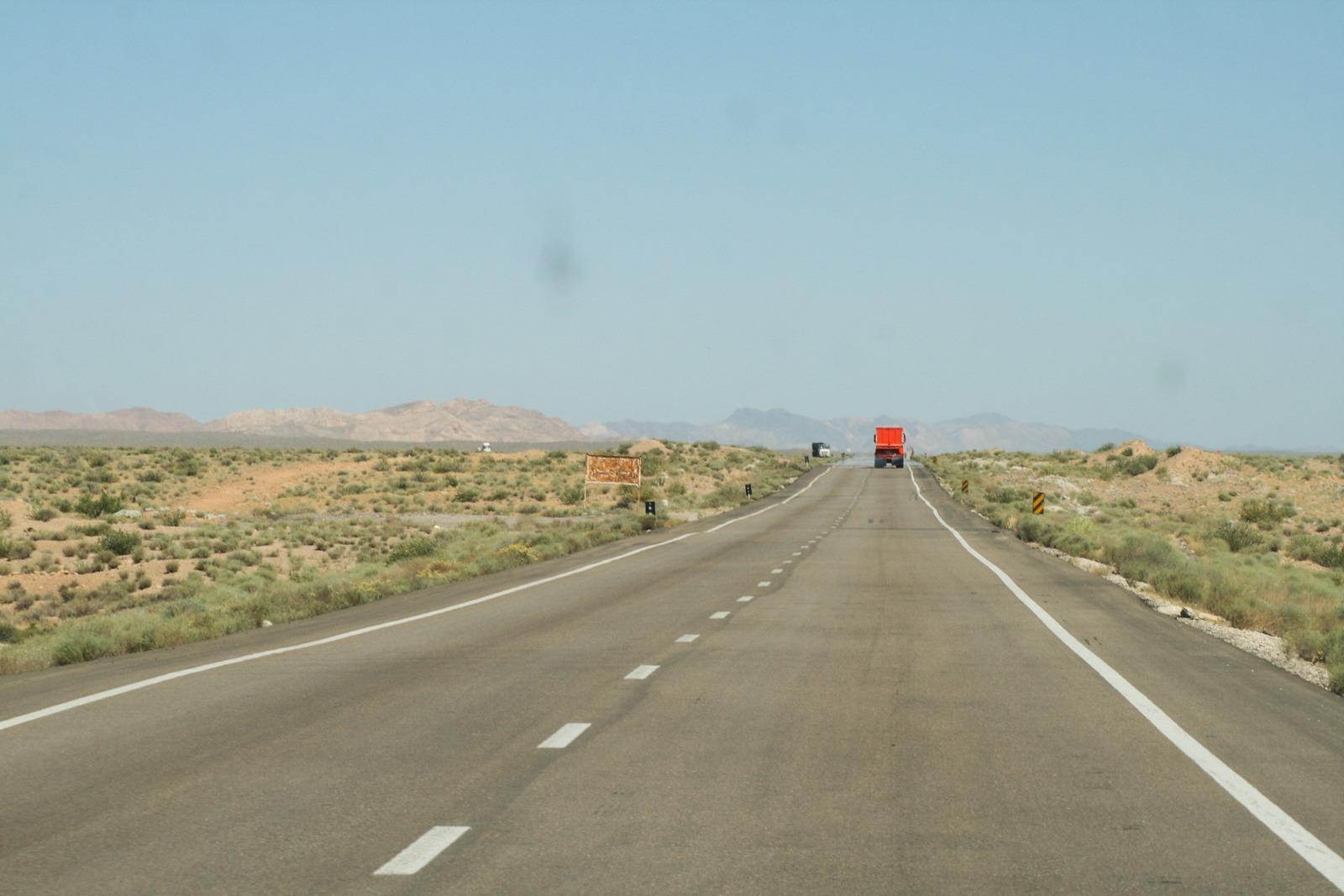 Ein Straße auf dem Weg nach Kerman, die man an die Routa 40 in Argentinien erinnert