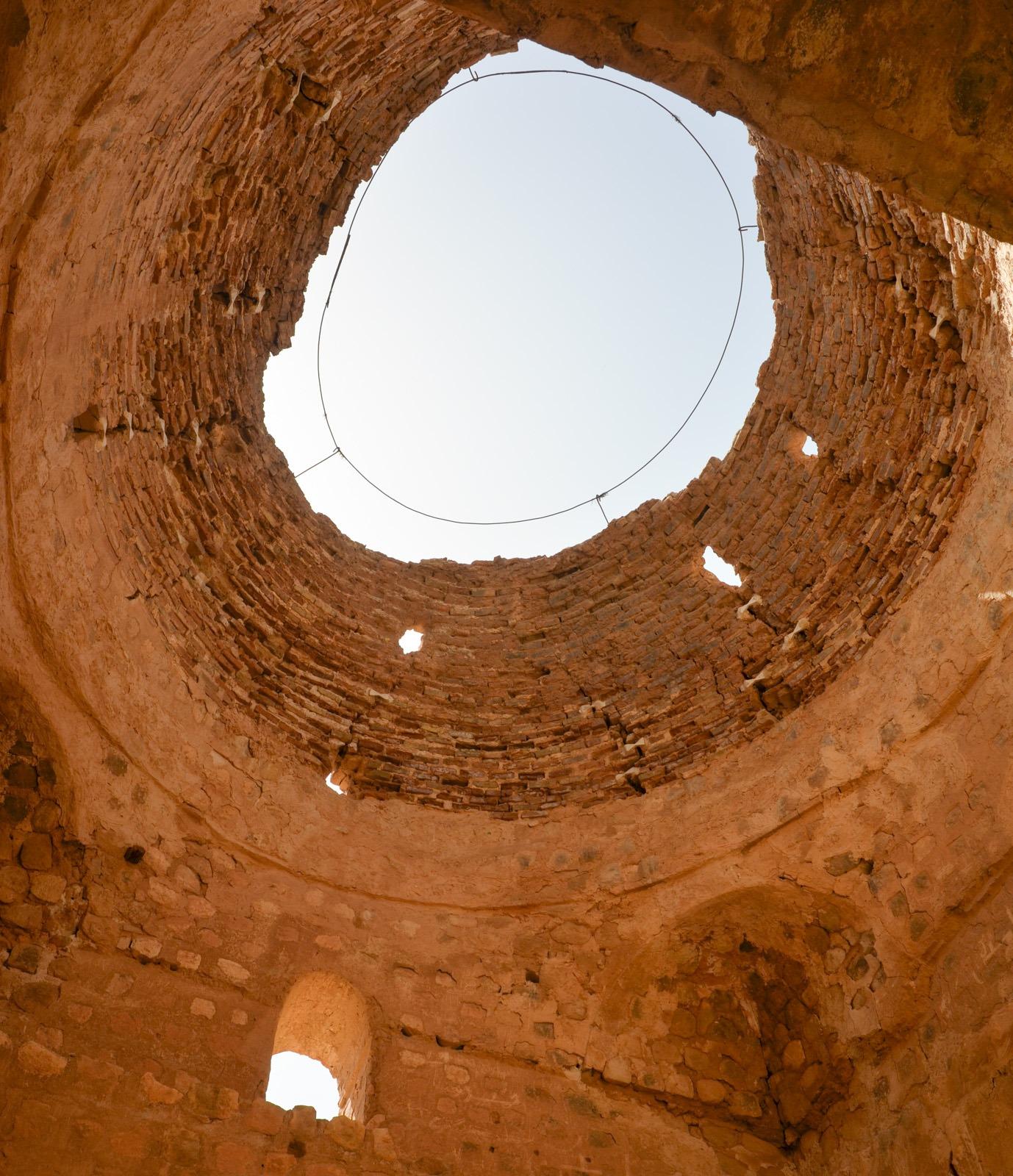 Sarvestan - Die Hitze kann durch die offenen Kuppeln entweichen