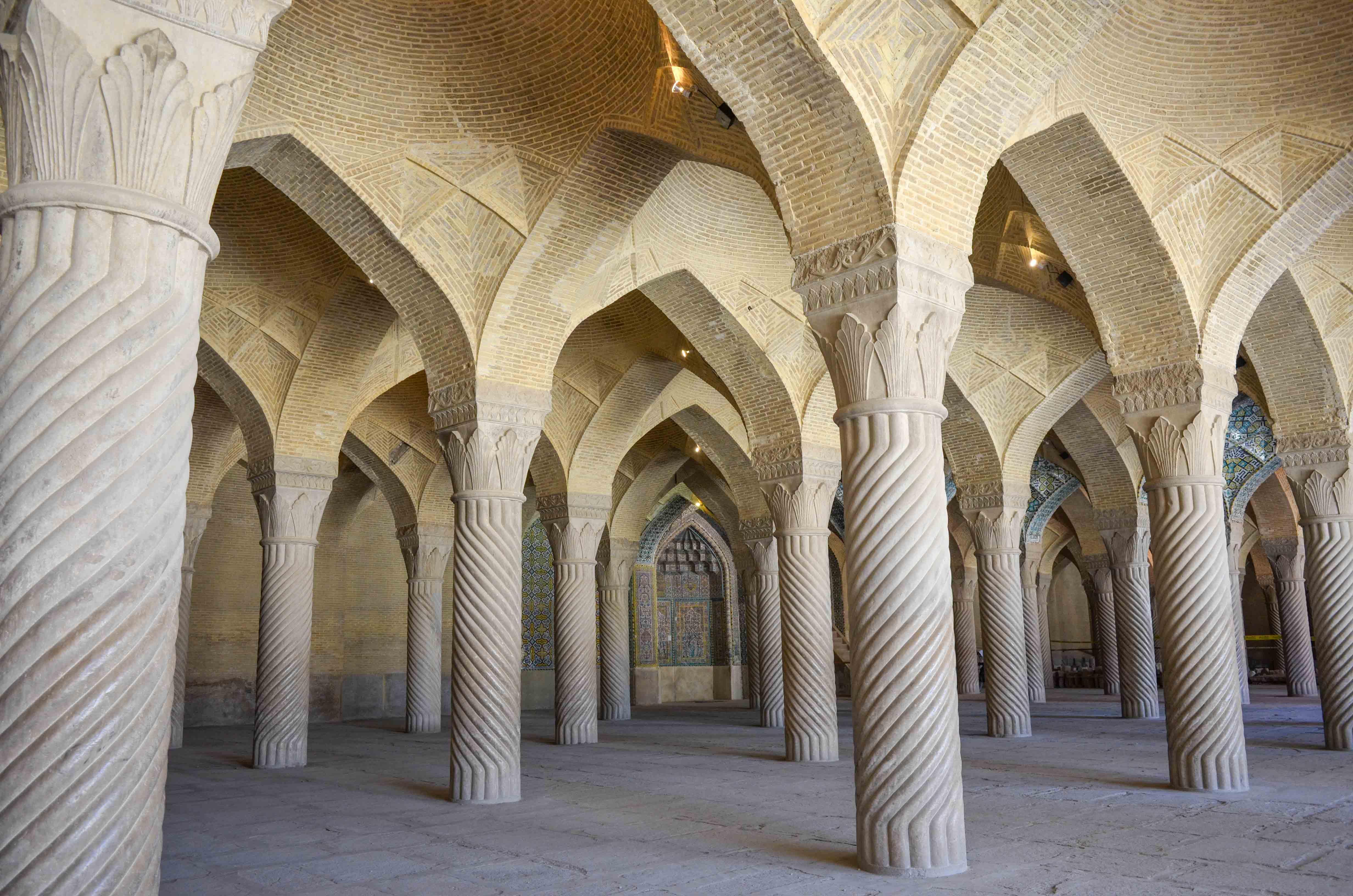 48 Säulen in der Vakil Moschee