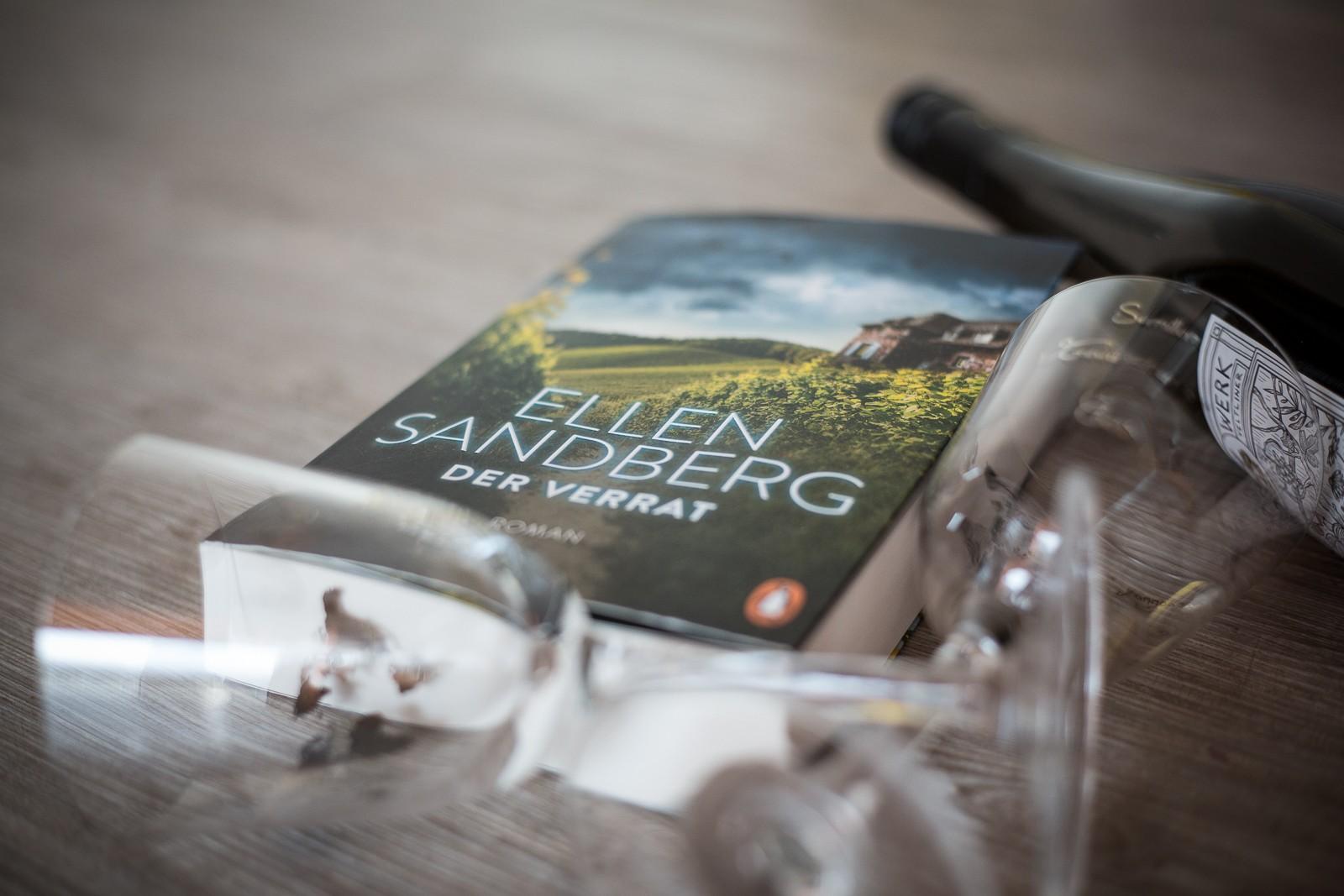 """""""Der Verrat"""" von Ellen Sandberg mit Weinglässern"""