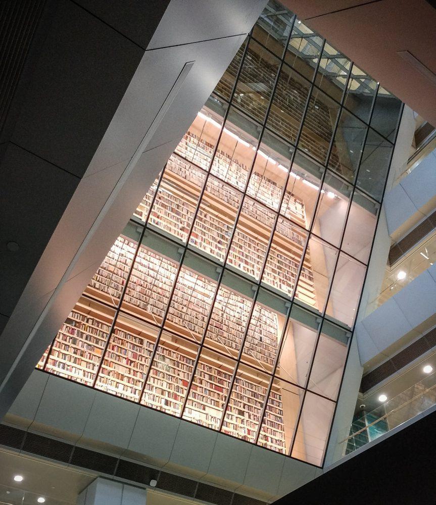 Bücher hinter Glaswand in der Riga Nationalbibliothek