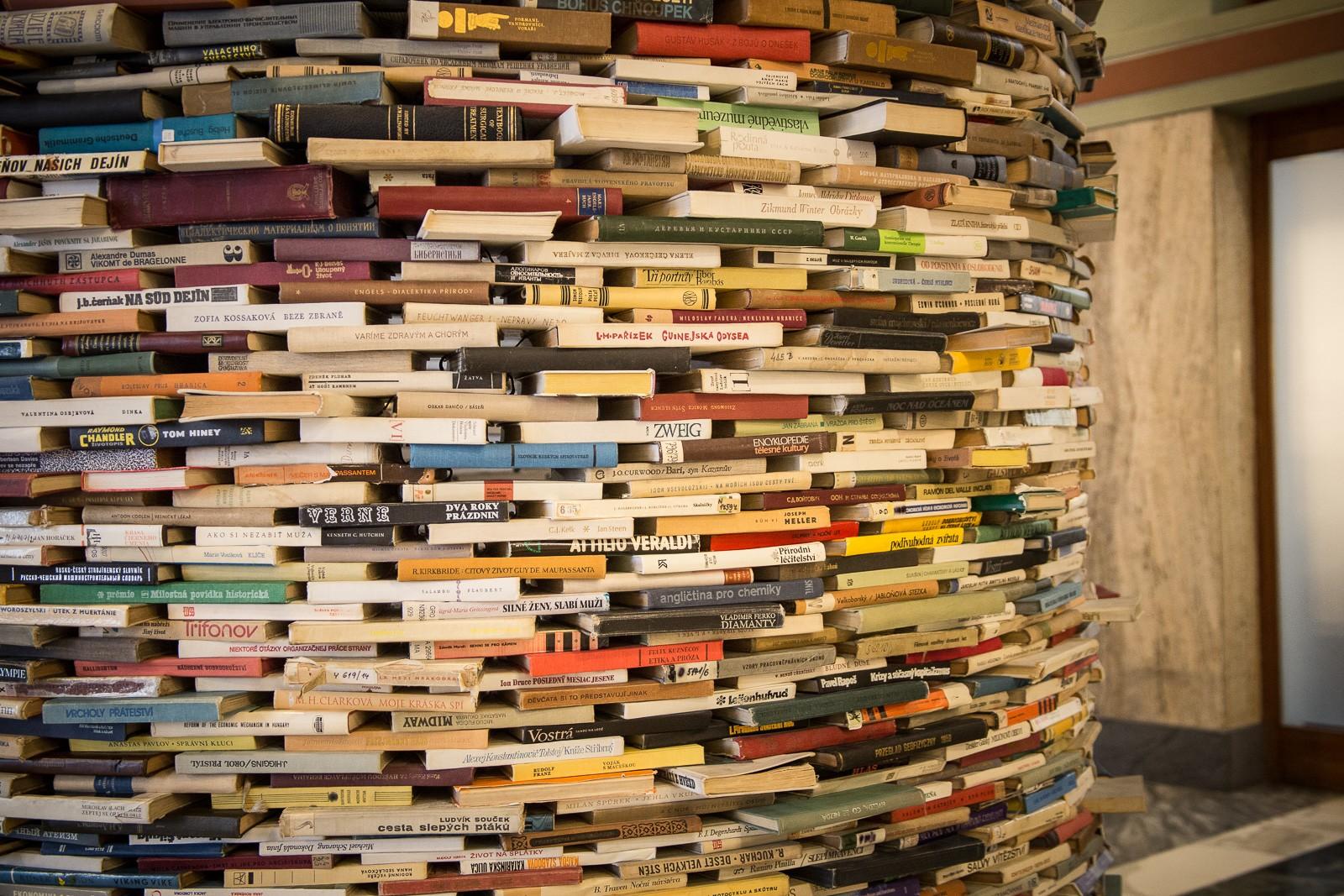 Bücherturm in der öffentlichen Bibliothek in Prag von Matje Kren