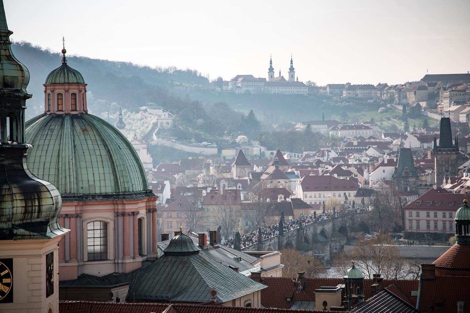 Blick vom astronomischen Turm des Clementinums über Prag Richtung Burg und Karlsbrücke