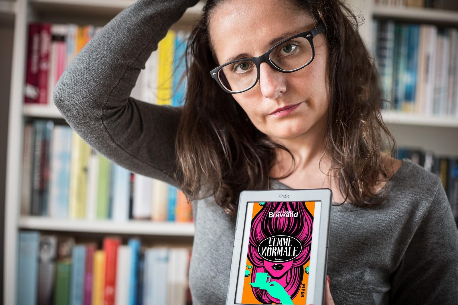 Lesefreude mit Femme Normale von Laura Louise Brawand