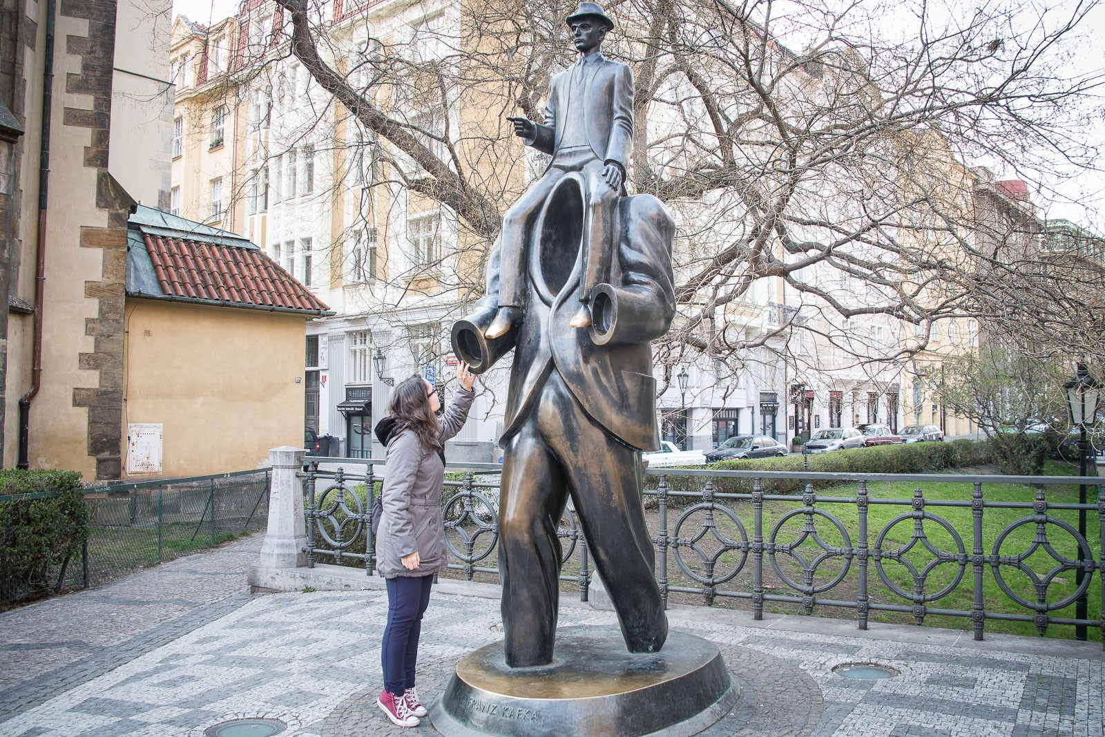Lesefreude beim Kafka Monument