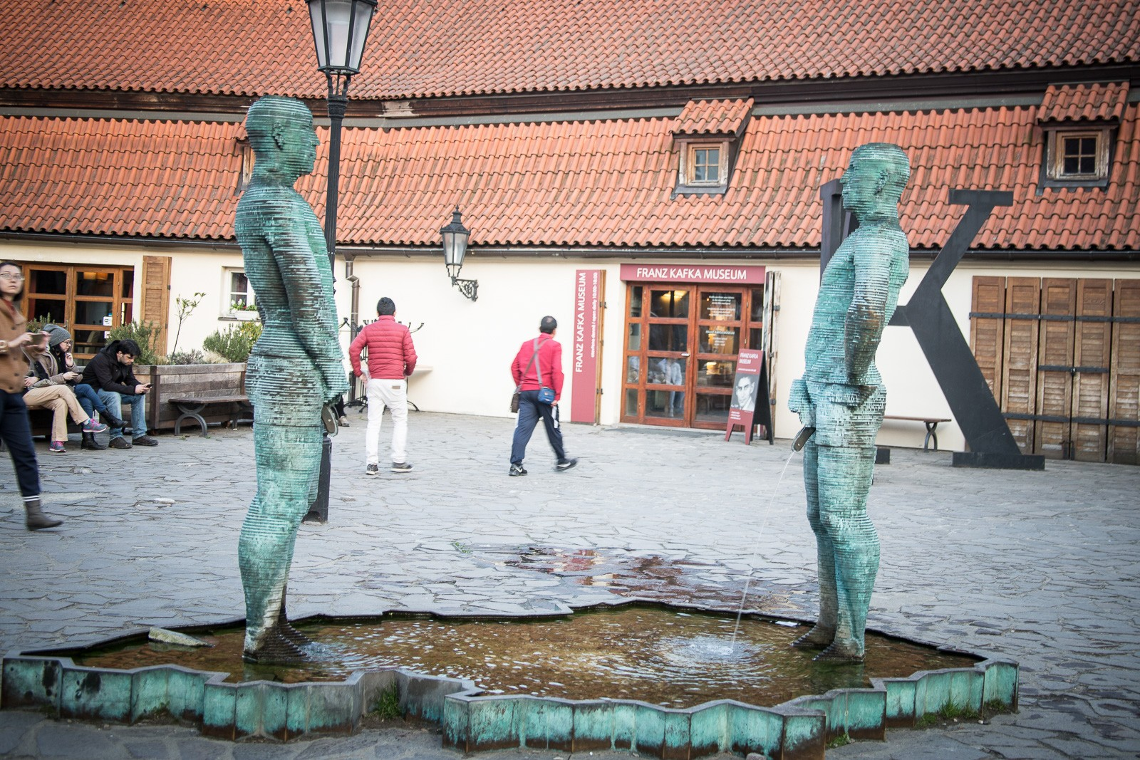 Piss Statue von Cerny vor dem Kafka Museum