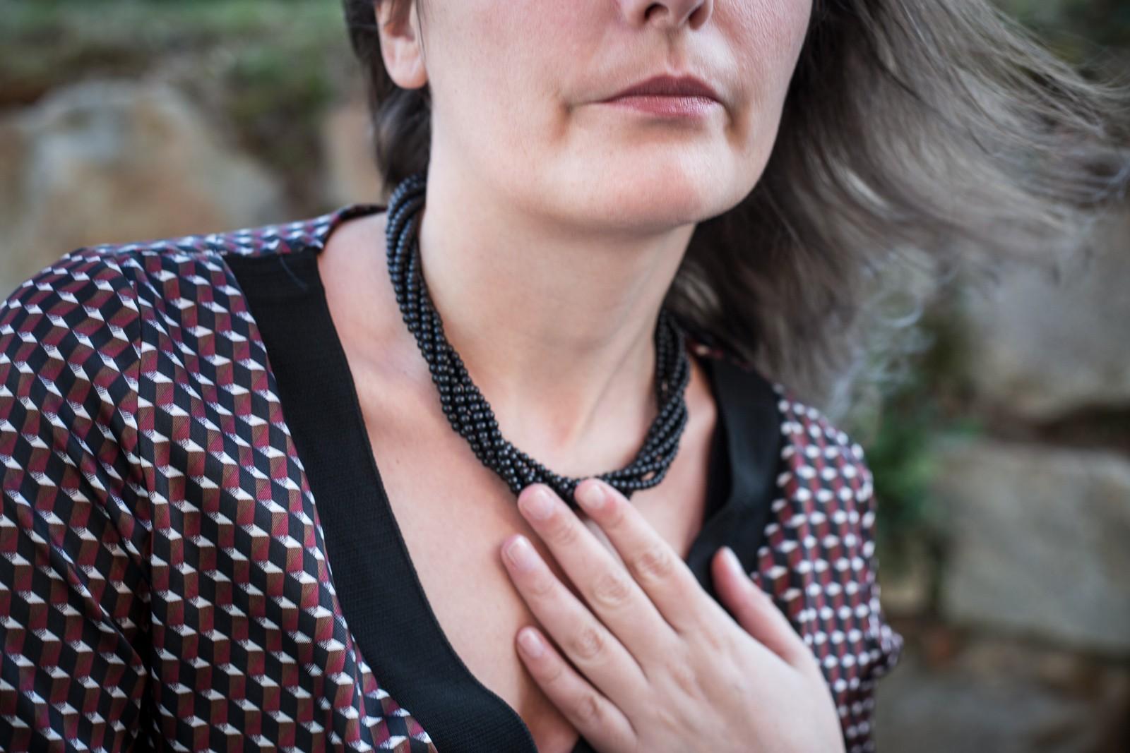 Schwarzes Kleid mit Perlen - Helen Weinzweig