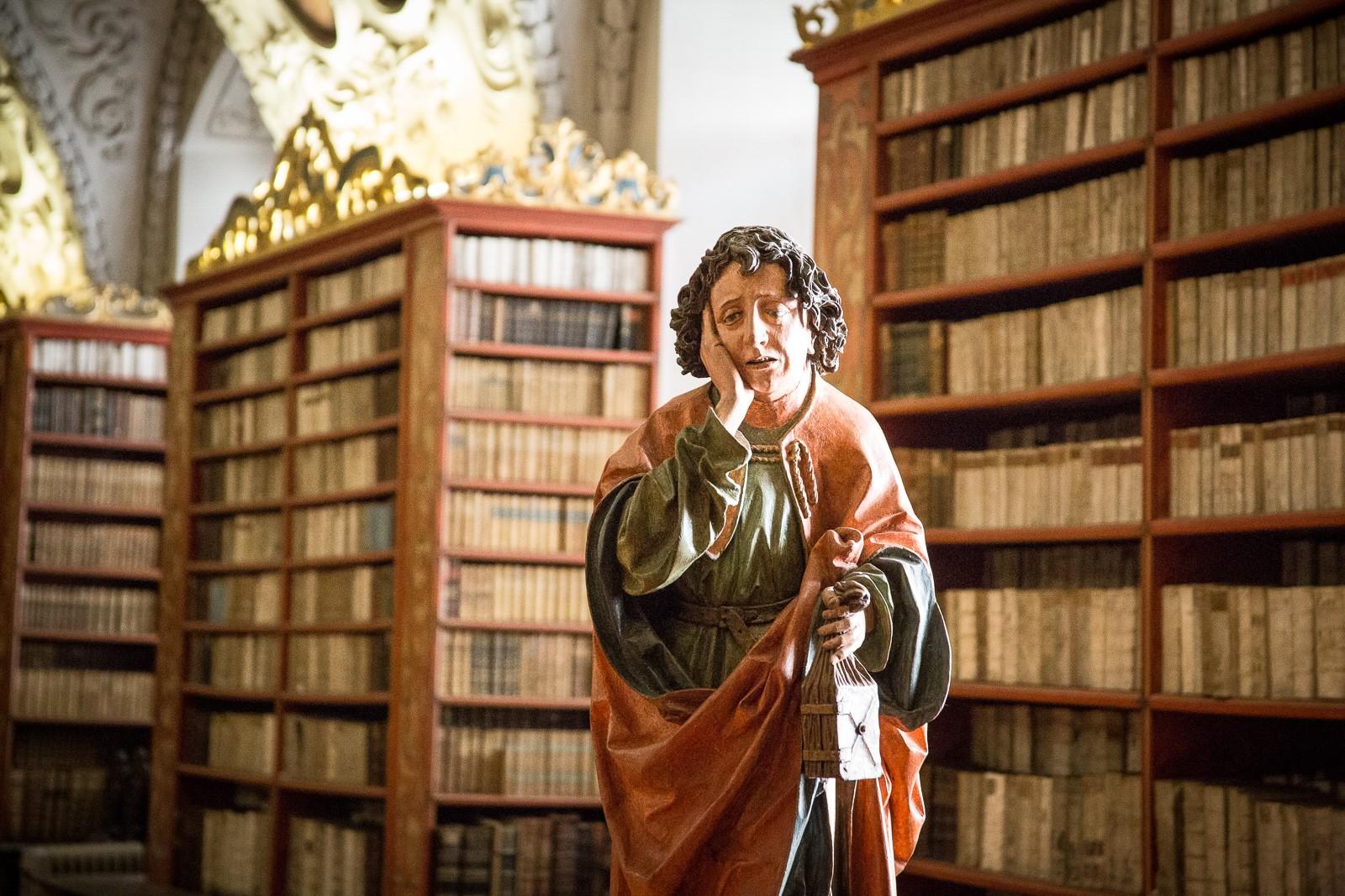 Heilige Johannes mit Beutelbuch in der Strahov Bibliothek