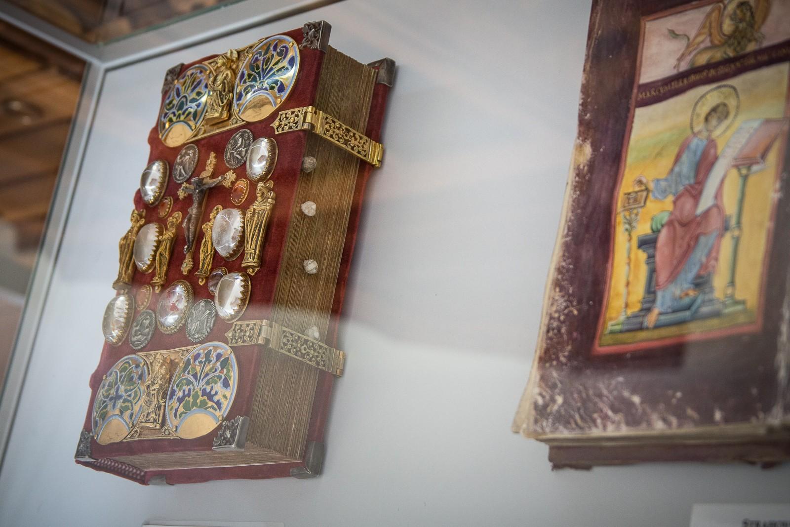 Seltene schmuckvolle Bücher in der Strahov Bibliothek