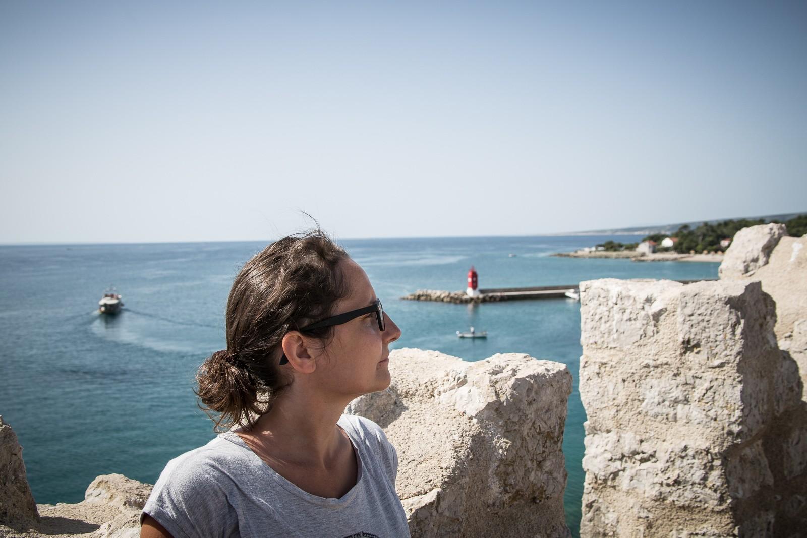 Lesefreude blickt aufs Meer